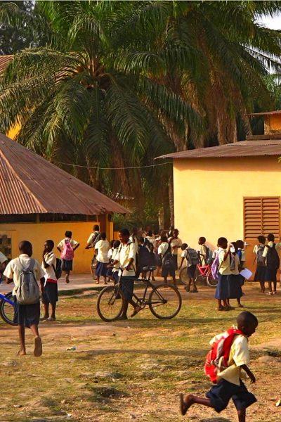 En Afrique, auprès des enfants des rues, au dispensaire, à l'école, à l'atelier de couture...